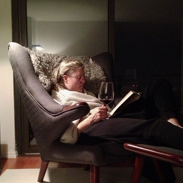 That's how you read a book...with a glass of 2011 Joel Gott 815 Cabernet Sauvignon.#read #reading #wine #papabearchair #hanswagner #nyc #joelgott #cabernetsauvignon #sundaysunday #joefornabaio #joefornabaiotookthispicture