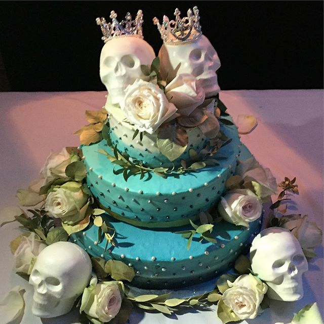 I shoulda had a wedding cake like this.#j&rwedding #nyc #wedding #cake #joefornabaio #weddingcake #skullart