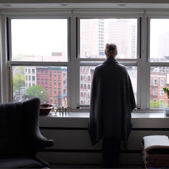 Sunday...kinda wrap yerself in a good wool blanket kinda day.#sunday #nyc #joefornabaio #blanket #cashmere #hanswegner #papabearchair #overcast #rainy #blah